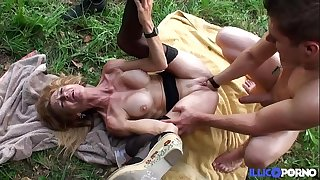 Bonne cougar light-haired et bien mature baise?e dans un champ [Full Video]